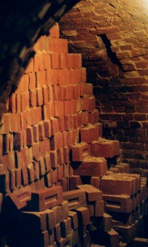 Piec zapełniony cegłami od dołu do góry