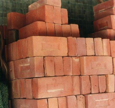 Zbliżenie cegieł stojących pod ścianą